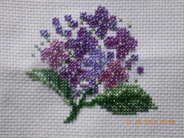 des violettes en perles et broderie .