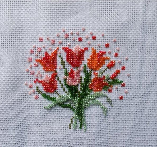 un bouquet de tulipe en perle et broderie.