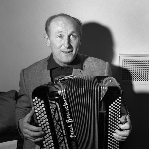 Bourvil à l'accordéon