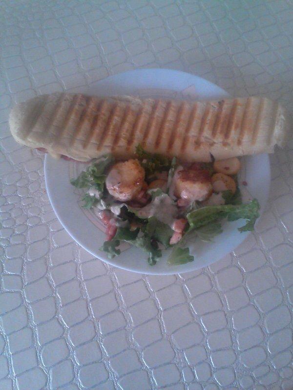 Paninni facon raclette et salade au chevre chaud