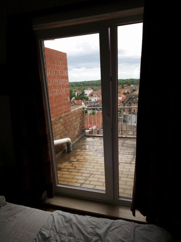 vue de la chambre sur terrasse arrière.