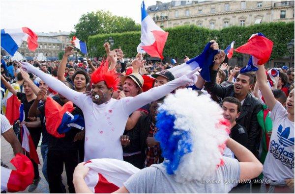 FOOT:  COUPE DU MONDE.UN AIR DE DEJA VU. LA FRANCE EN QUART DE FINALE.. PARVIS DE L'HÔTEL DE VILLE DE PARIS LE 30 JUIIN 2014. REPORTAGE RAYMOND MOISA.