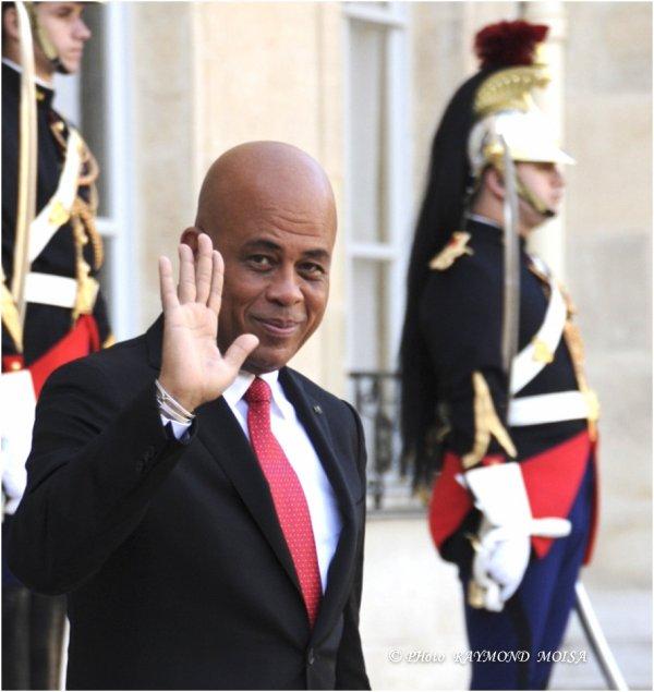 """HAITI. AVANT DE SE RENDRE AU FORT DE JOUX OU MOURUT TOUSSAINT-LOUVERTURE, LE PRESIDENT MARTELLY A ETE RECU PAR FRANCOIS HOLLANDE A L""""ELYSEE. REPORTAGE PHOTOS: RAYMOND MOISA."""