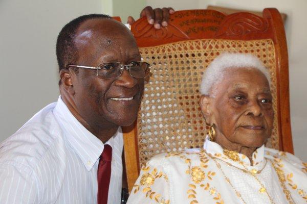 Désormais doyenne de la Guadeloupe madame Germaine Jacmel de Gourbeyre à fêté ses 110  ans en compagnie de sa petite soeur de 101 ans, de ses proches et amis.. Une fête qui a été honorée par la présence de Luc Adémar maire de Gourbeyre