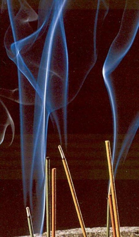 Les Encens L'Encens représente l'air à l'Est sur l'Autel, il dégage une fumée odorante qui a certains effets sur le psychisme.