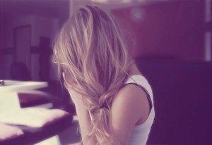 J'veux pas paraître comme la fille qui ne sourit jamaisparce qu'elle a le coeur brisé. Mais j'veux seulement paraître comme la fille qui illumine la vie des autres. Même si elle n'arrive pas a illuminer la sienne pour le moment.