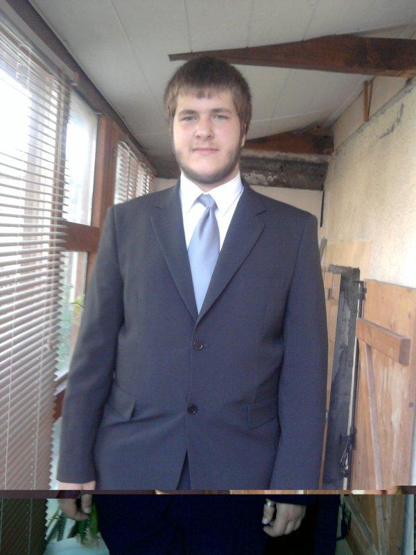 moi en costume pour aller faire mon stage ou pendant mes journée professionnel