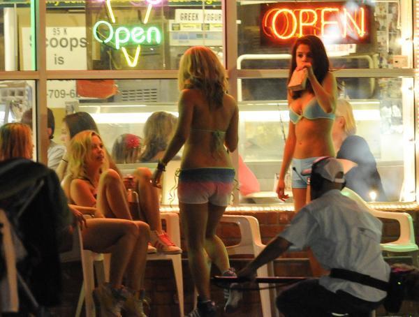 Vanessa Hudgens, Selena Gomez, Ashley Benson et Rachel Korine un peu trop joyeuses sur le tournage !
