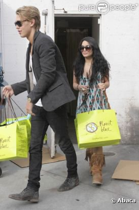 HudgensVanessa Hudgens et Austin Butler : shopping en amoureux