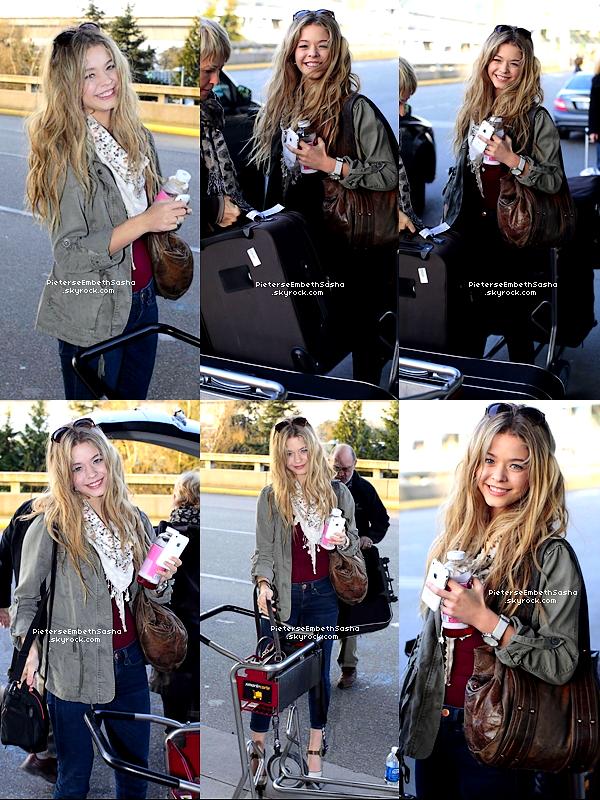 . 15/04/12 :Sasha arrivant à l'airport International de Vancouver au Canada. J'adore sa tenue ! idéale pour le printemps, elle est vraiment très simple et magnifique. .