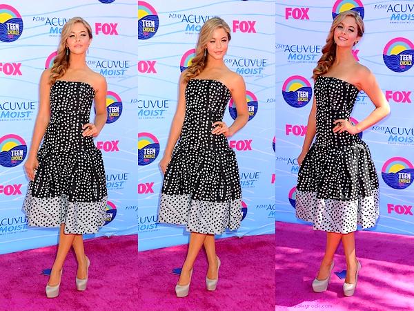 """. 22/07/12 :Sasha était présente à la célèbre cérémonie des """"Teen Choice Awards 2012"""" à L.A. + C'est un énorme top pour la leader des Pretty Little Liars, make-up, robe et coiffure. Vos avis sur sa tenue ? top/flop/bof ? ."""