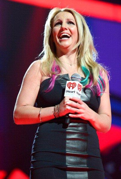 Britney Spears avec des mèches roses et bleues