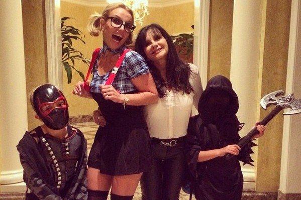 Britney Spears Etudiante geek pour Halloween avec ses deux fils effrayants !