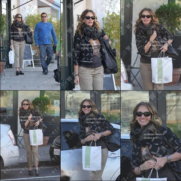 . Julia Roberts de sortie a Santa Monica . Julia a enfin montré le bout de son nez pour cette nouvelle annéeJe trouve que c'est un FLOP. & vous?