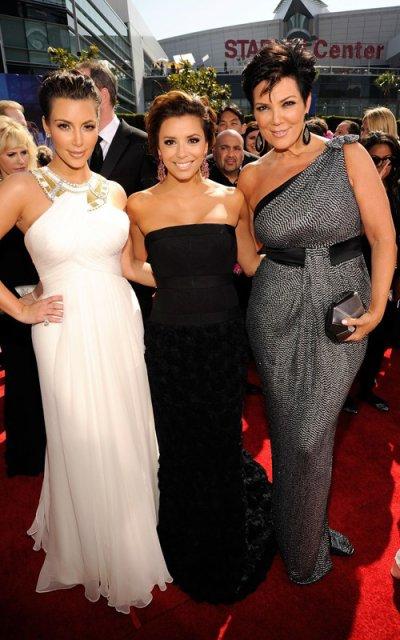 Kim Kardashian, Eva Longoria Parker et Kris Jenner aux Emmy Awards. Un peu déçue par leurs robes... Même si elles restent très jolies! ;) Le style déesse grecque va plutôt bien à Kim, ça la change!