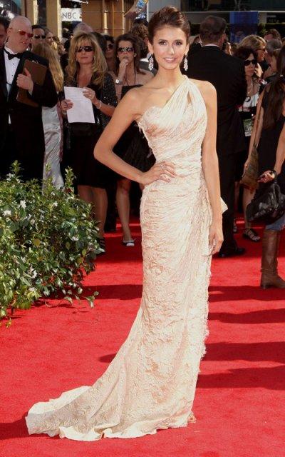 "Nina Dobrev de ""Vampire Diaries"" aux Emmy Awards. J'aime bcp sa robe! :) Elle est super cute!"