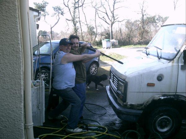 moi et lolo entrain de nettoyer le tank