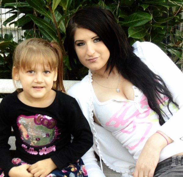 P'tite métisse au yeux Gris au cheveux blond foncer Elle es trop parfaite ma fille <3 ...