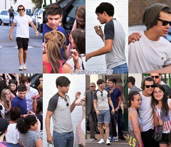 Voici les garçons arrivant et quittant le studio d'enregistrement, entourant d'une foule de fan !