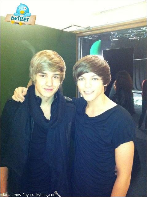 """Twitter : Louis à poster cette photo sur twitter avec ce texte : """"Me after my hair cut :) with Liam x""""      ( Moi après m'être fais couper les cheveux :) Avec Liam x )."""