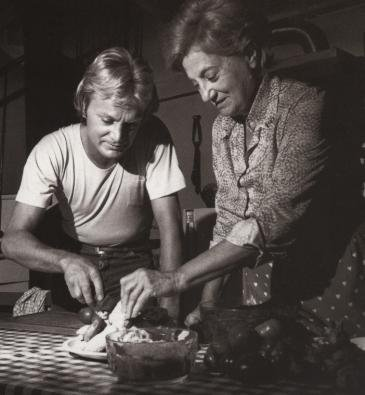 Claude avec sa maman ( Chouffa ) .