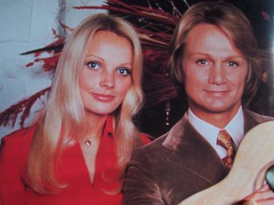 Claude et sa femme ( Isabelle LAFORET ) .