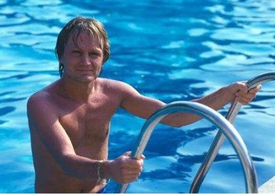 Claude dans sa piscine .