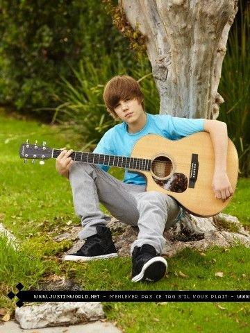 Justin Bieber Conre Un Arbre