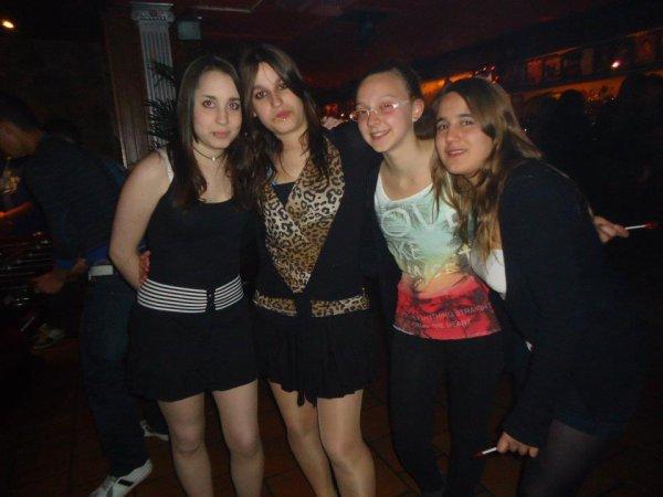 Iria, Yo , Tania y Vane... mis niñas os kiero <3