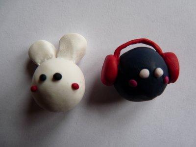 Lapin et Bonhomme qui écoute de la musique