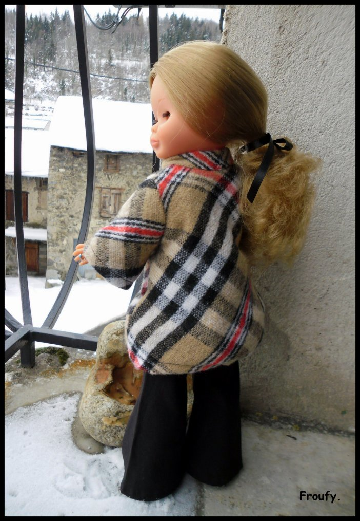 Nancy et son manteau.