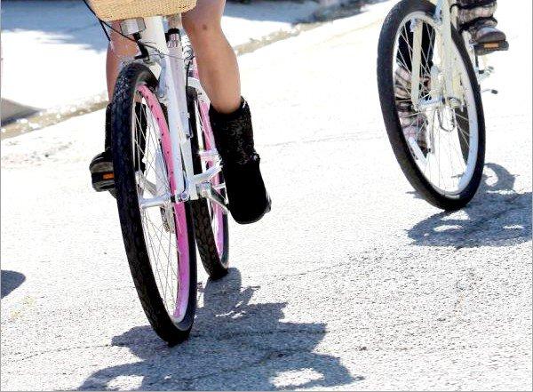 . 08 octobre 2011: Vanessa et Stella Sammi & Stella font une ballade à bicyclette .