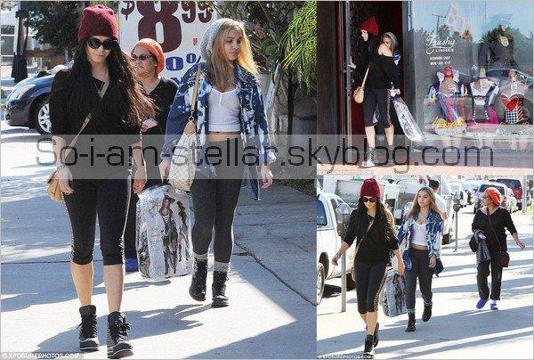. 26.10.12 : Stella, Gina & Vanessa sont sorti acheté le costume des soeurs Hudgens pour la fête de Vanessa. .