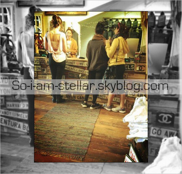 . 24.02.13 : Stella, des amis et sa soeur ont était vu dans un magasin par une fan. .
