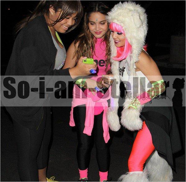 . 25.05.2013 : Stella accompagnait sa soeur lors d'un evenement (l'Electric Run) nous laissant découvrir leurs look trés... FLUO ;)  .