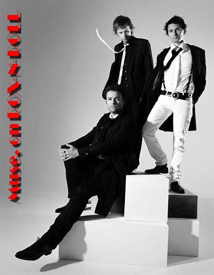 """_____G-r-o-u-p-e-:_____ Muse un groupe de rock progressif et alternatif britanique. - Il est composé de 3 membres (Matthew Bellamy, Dominic Howard et Christopher Wolstenholme) et le groupe est actif depuis 1994. J'apprécie énomément ce groupe avec lequel j'ai étais """"élever"""" et qui fait des paroles profondes."""