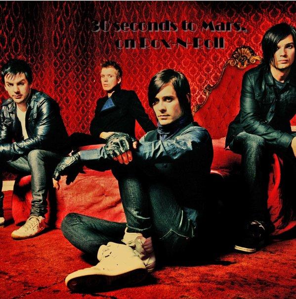 """________G-r-o-u-p-e-:________30 Seconds To Mars un groupe Rock alternative Américain. - Il est composé actuellement de trois membres (Jared Leto, Shannon Leto et Tomo Milicevic) ils sont originaires de californie. Ils se sont fait connaître grâce à """"Echelon"""" qui a fait parti de la BO du film """"Fusion"""". Je les adore, je crois que c'est mon groupe préféré. Les paroles, la musique, la voix de notre cher ami Jared, le Dieu de la batterie Shannon <3 et notre guitariste favoris Tomo, tout est vraiment fantastique. Leur musique me correspond totalement et je suis fière d'être Echelon <3"""
