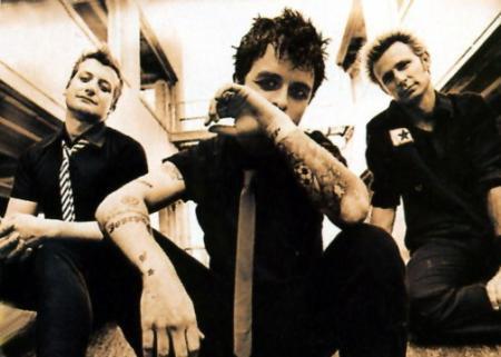 _______G-r-o-u-p-e-:_______ Green Day, un groupe de punk rock alternative américain. - Ils sont originaires de Berkeley en Californie et sont 3 membres (Billie Joe Armstrong, Mike Dirnt et Tre Cool). Ils sont actifs depuis 1987 et ont fait 2 compilations et 9 albums. J'adore leurs musiques, ils sont tous simplement géniaux !!!