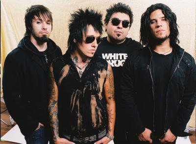 _______G-r-o-u-p-e-:_______Papa Roach est un groupe Neo/Métal Rock américain. - Il est composé de 4 membres (Jacoby Shaddix, Jerry Horton, Tobin Esperance et Tony Palermo) et il est originaire de Vacaville en Californie (U.S.A). Ils sont actifs depuis 1993 et ont fait 8 E.P, 7 albums et 1 compilation. Je les aime beaucoup, ils sont vraiment doués. Les paroles, les clips, les lives ... tous sont fantastiques.
