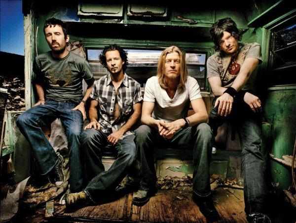 _______G-r-o-u-p-e-:________Puddle Of Mudd est un groupe post/grunge américain.   - Originaire de Kansas City dans le Missouri, il est composé de 4 membres (Wes Scantlin, Paul Phillips, Ryan Yerdon et Damien Starkley). Ils sont actifs depuis 1993 avec quelques petites pauses puis ils ont enregistré 1 E.P, 1L.P et 4 albums. J'aime vraiment beaucoup, les musiques sont biens et en plus c'est grâce à eux que 30 Seconds To Mars a été lancé ;D.