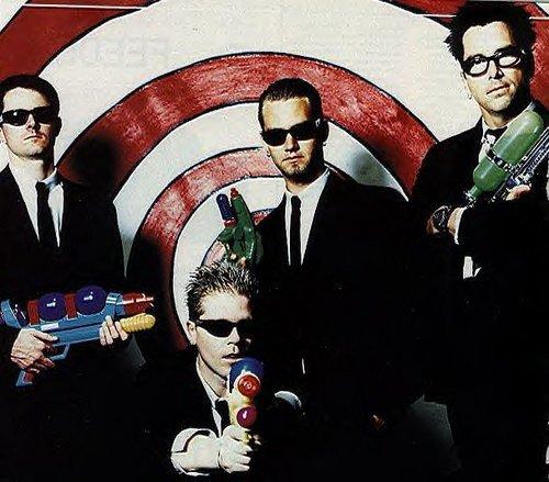 _______G-r-o-u-p-e-:_______The Offspring est un groupe de Punk Rock américain. - Ils sont actifs depuis 1984, et le sont toujours en ce moment même. Ils ont cependant commencé à enregistrer en studio en 1989 et on fait jusqu'à aujourd'hui 8 albums, 4 E.P et 3 compilations. Le groupe a été formé à Huntington Beach, en Californie (U.S.A) et est composé de 4 membres (Dexter Holland, Noodles Wasserman, Greg K et Pete Parada). C'est un groupe fantastique, une légende du Punk Rock. Je rafolle de ce groupe, ils ont sû garder le même style depuis toutes ces années tout en ne faisant pas à chaques fois les même chansons et albums.