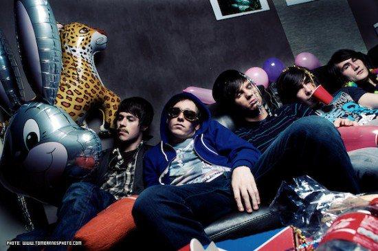 ______G-r-o-u-p-e-:______You Me at Six, un groupe de Pop Punk/Rock Alternatif britannique. - Il est composé de 5 membres (Josh Franceschi, Max Helyer, Dan Flint, Chris Miller et Matt Barnes), ils ont formé le groupe en 2004 à Weybridge, Surrey en Angleterre (U.K). Ils sont actifs depuis cette année là, mais ils ont commencé à enregistrer en studio à partir de 2006, ils ont réalisé en 5 ans 4 E.P, 2 albums et beaucoup de single sous forme de mini E.P. Ils ont décidé de nommer leur groupe You Me at Six  (Toi Moi à Six) parce que ils se regroupaient tous à 6 heures pour répèter, il peut-être orthographié YouMeAtSix, YM@6 et YMA6. Ils sont devenus plus connu grâce à leur premier album et leur single clip mais également à leur cover. J'aime énormément ce groupe, un gros coup de coeur pour eux, Sixers Powerr <3.