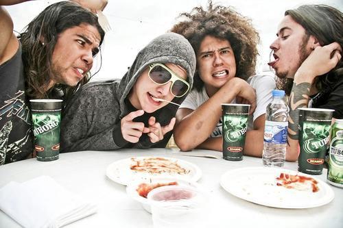 """_____G-r-o-u-p-e-:_____Black Tide est un groupe de heavy metal/metalcore/speed metal américain. - Il s'est formé en 2004 à Miami, Floride (U.S.A). Il est composé de 4 membres (Gabe Garcia, Steven Spence, Zakk Sandler & Austin Diaz). Ils sont donc actifs depuis 2004 et sont sur scène depuis qu'ils ont 14 ans. Ils ont réalisé depuis 1 E.P, 2 albums. Leur nom de groupe signifie """"Marée Noire"""" et ils sont influencés par de nombreux groupe du genre A7X, Iron Maiden, Megadeth, Metallica, Pantera, Slayer, Bullet for my Valentine... D'ailleurs ils ont participé à leur tournée. J'aime énormément ce groupe, ils ont un réel potentiel alors qu'ils sont supra jeunes !!! Ils sont fantastiques <3"""