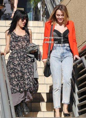 16/02/12 : Miley a été vue avec une amie aller dans une Pizzeria en Californie sortant d'un studio.