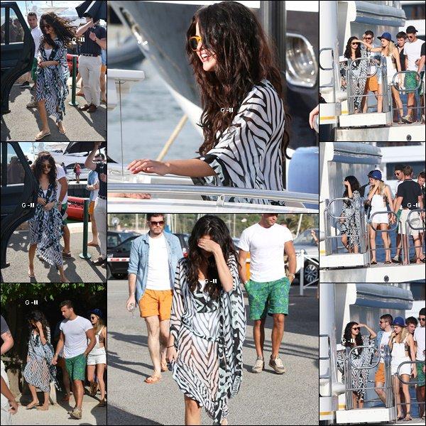 21/07/14 - Selena est actuellement à Saint-Tropez avec des amis.