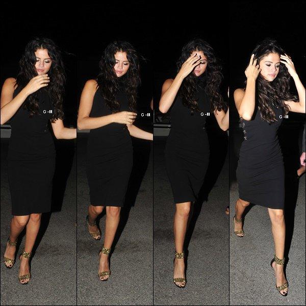 21/07/14 - Selena a quitté ce bateau pour se rendre, dans la soirée, dans un restaurant accompagnée de la mannequin Cara Delevingne.