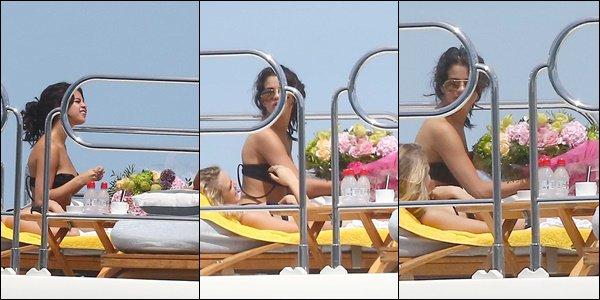 22/07/14 - Selena a été photographiée sur un yacht avec quelques amis à Saint-Tropez.