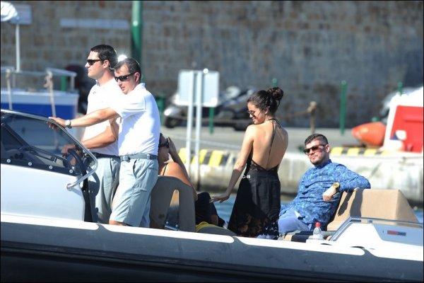 23/07/14 - Découvrez de nouvelles photos de Selena à St Tropez avec ses amis à bord du yacht.
