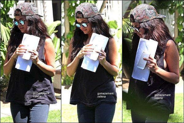 """26/07/14 - Selena quittant le """"Quality Cafe"""" à L.A."""
