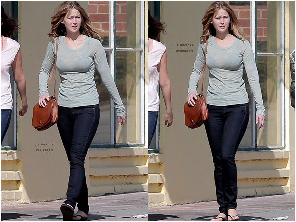 .22/03: Jennifer, fatiguée et au naturel, a été vue allant chercher à boire au  Whole Foods de Los Angeles.